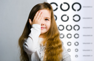 Kind beim Sehtest Optik Plüschke Bischofswerda