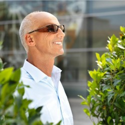 Mann mit Spezialfilterbrille Wellnessprotect