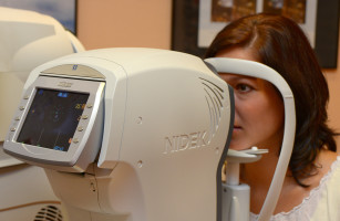 Frau am Augendruckmessgerät