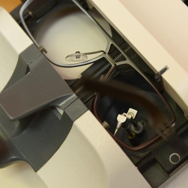 Formtracer für Brillenglasschleifautomat