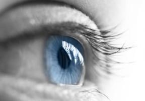 Tränenfilm auf einem Auge