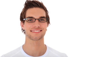 zufriedener junger Mann mit Brille