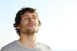 Bild eines zufriedenen jungen Mannes